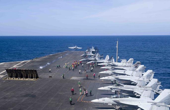 Hình ảnh mới nhất trên biển Đông của tàu sân bay Mỹ sắp đến Việt Nam 3
