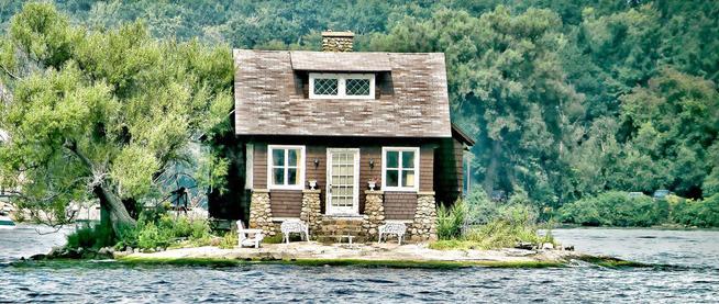 Chỉ đủ chỗ cho đúng một ngôi nhà nhỏ và một cái cây, hòn đảo đáng yêu này chính là nơi ẩn náu tuyệt vời cho những ai thích yên tĩnh - Ảnh 2.