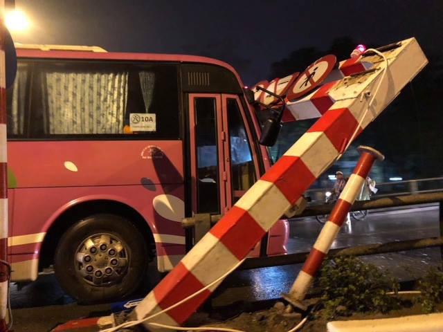 Hà Nội: Xe khách 45 chỗ chở học sinh đâm đổ khung chắn chiều cao cầu vượt Thái Hà - Chùa Bộc 2