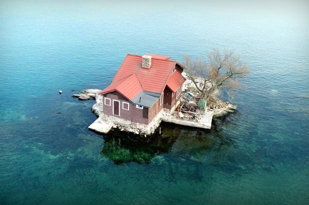 Chỉ đủ chỗ cho đúng một ngôi nhà nhỏ và một cái cây, hòn đảo đáng yêu này chính là nơi ẩn náu tuyệt vời cho những ai thích yên tĩnh - Ảnh 4.