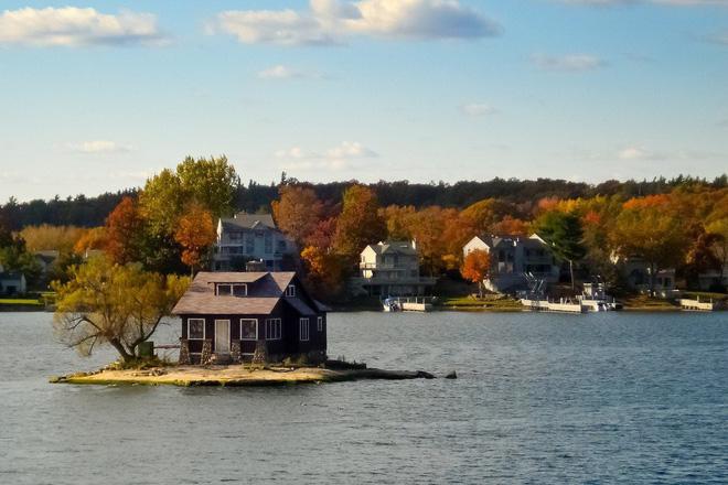 Chỉ đủ chỗ cho đúng một ngôi nhà nhỏ và một cái cây, hòn đảo đáng yêu này chính là nơi ẩn náu tuyệt vời cho những ai thích yên tĩnh - Ảnh 6.