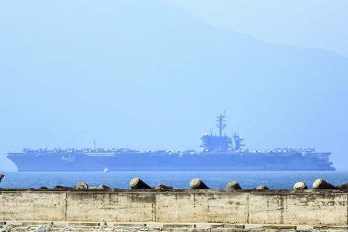 Binh sĩ tàu sân bay Mỹ vào bờ Đà Nẵng bằng cách nào? 2