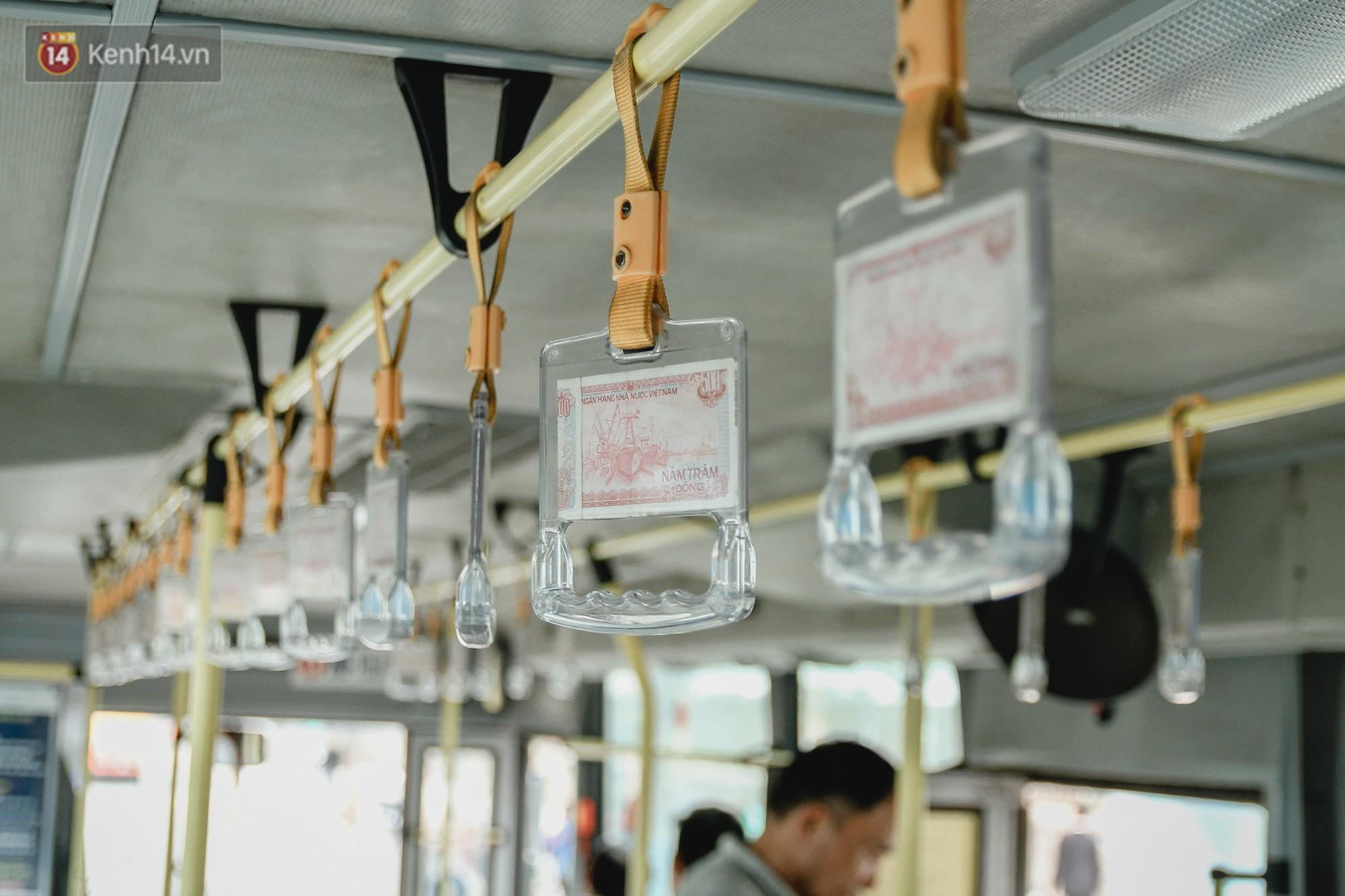 Chuyến xe bus siêu độc đáo ở Hà Nội - treo đỏ chót những tờ 500, 1000 đồng khắp xe 2