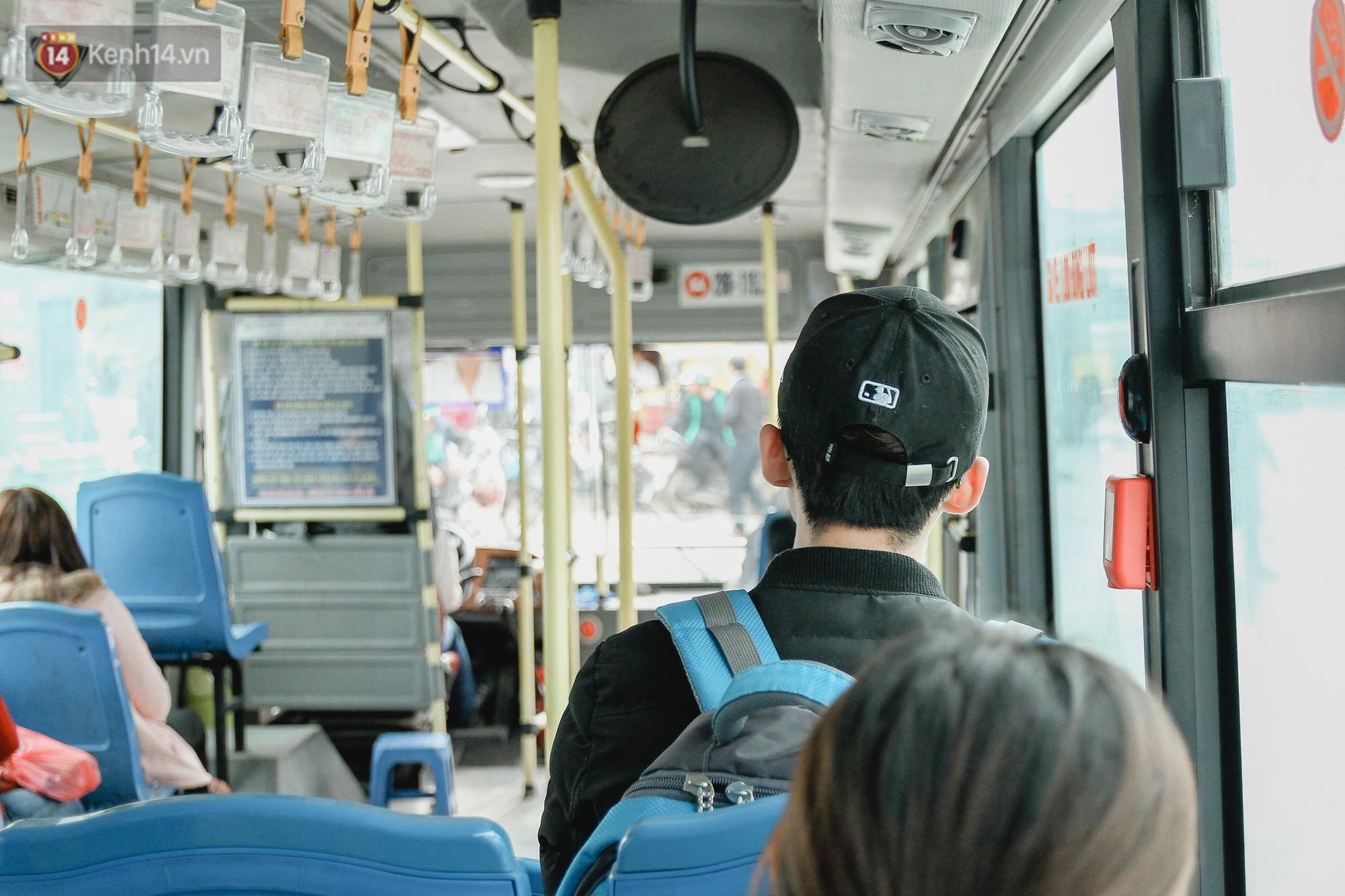 Chuyến xe bus siêu độc đáo ở Hà Nội - treo đỏ chót những tờ 500, 1000 đồng khắp xe 1