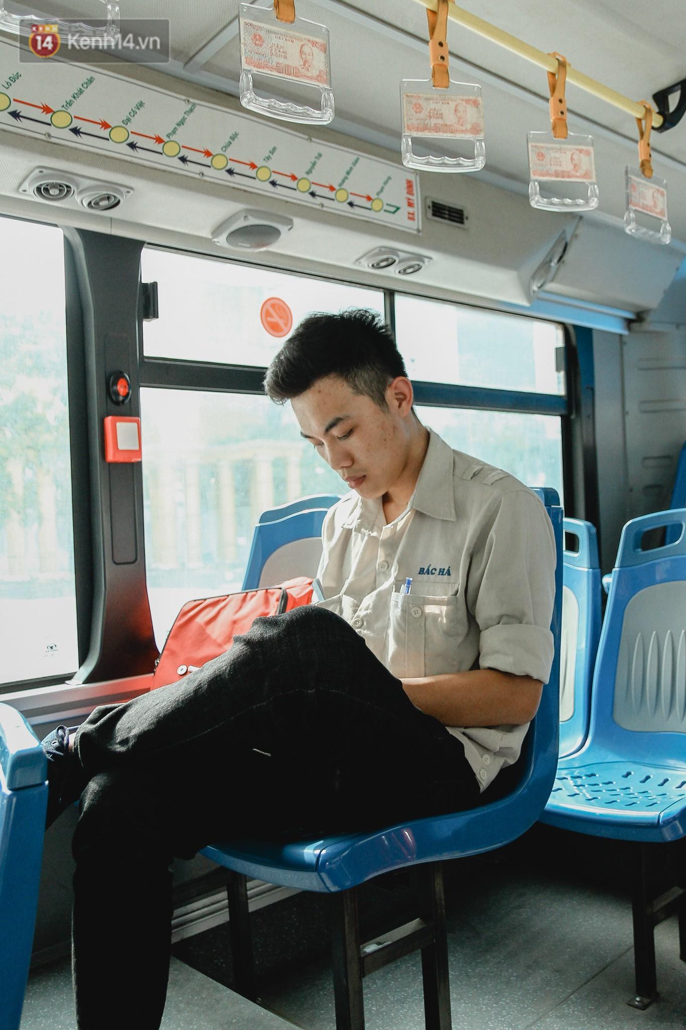 Chuyến xe bus siêu độc đáo ở Hà Nội - treo đỏ chót những tờ 500, 1000 đồng khắp xe 3
