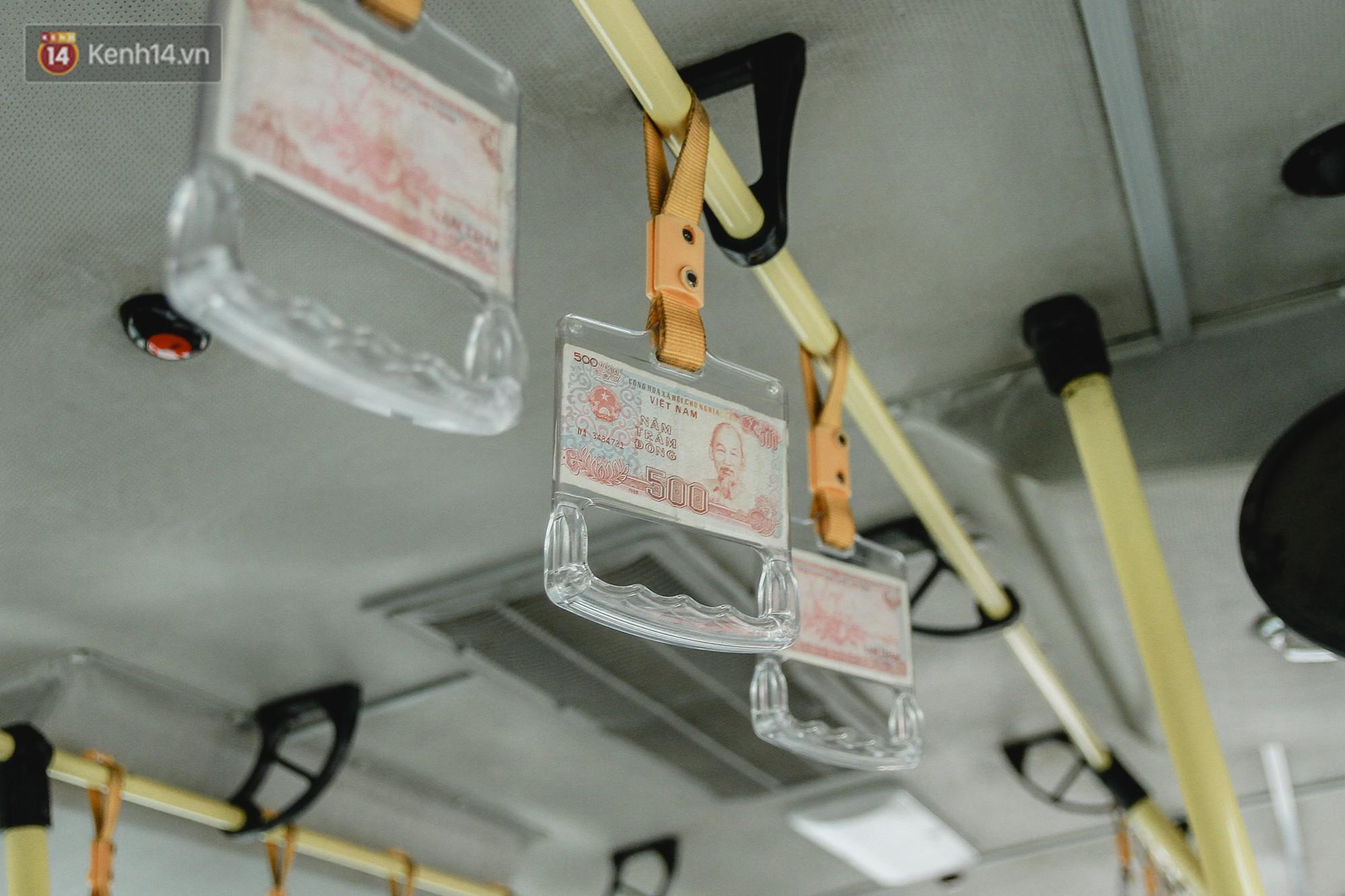 Chuyến xe bus siêu độc đáo ở Hà Nội - treo đỏ chót những tờ 500, 1000 đồng khắp xe 8