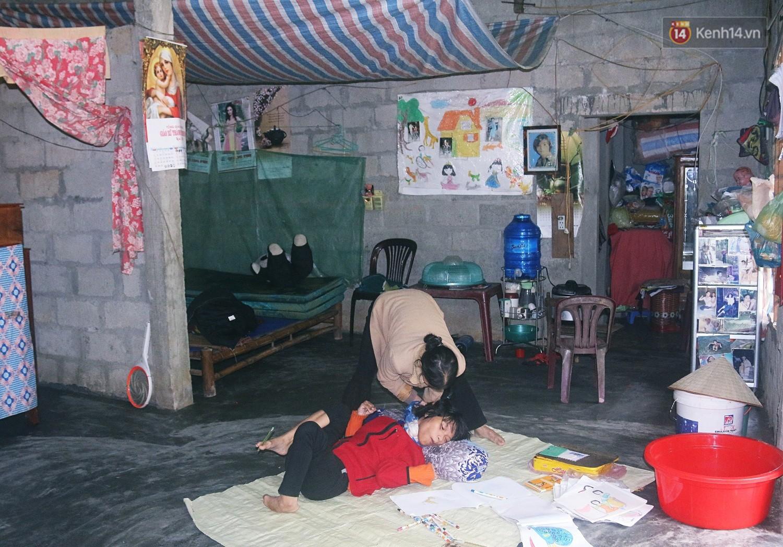 Cô gái khuyết tật ở Huế vẽ tranh bằng chân và lời nói dối đẫm nước mắt của người mẹ 2