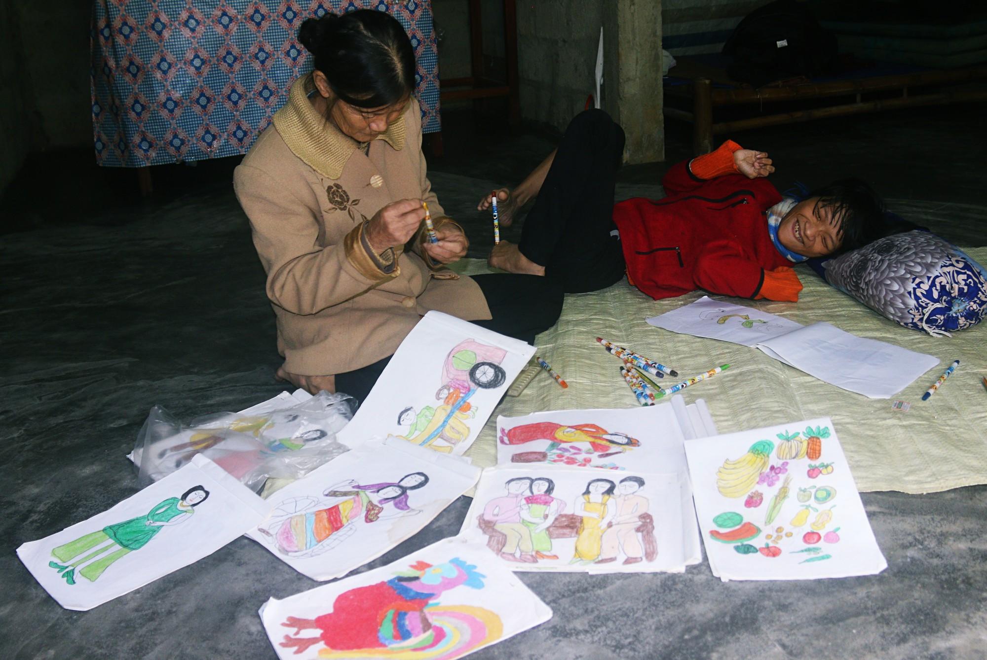 Cô gái khuyết tật ở Huế vẽ tranh bằng chân và lời nói dối đẫm nước mắt của người mẹ 7