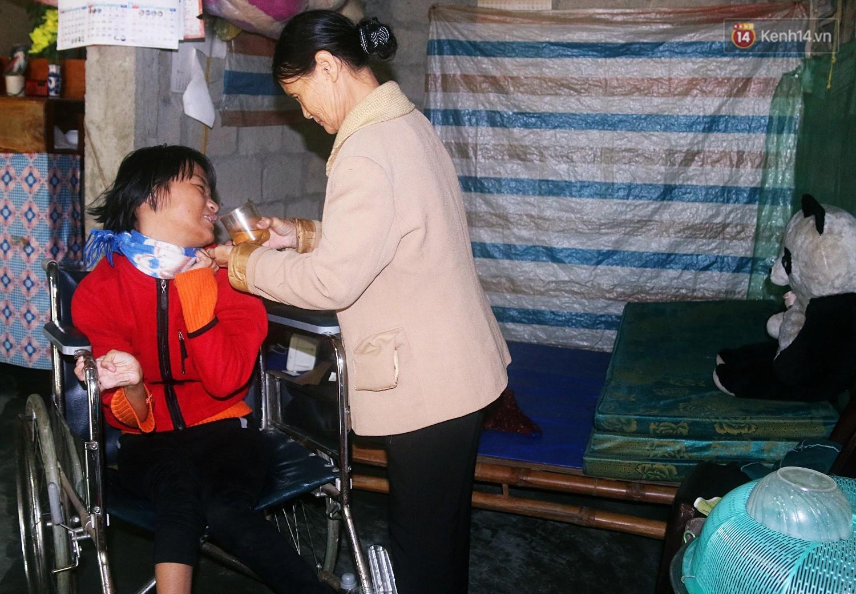 Cô gái khuyết tật ở Huế vẽ tranh bằng chân và lời nói dối đẫm nước mắt của người mẹ 4