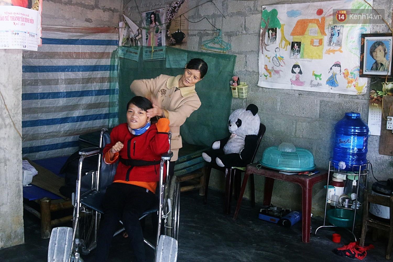 Cô gái khuyết tật ở Huế vẽ tranh bằng chân và lời nói dối đẫm nước mắt của người mẹ 6