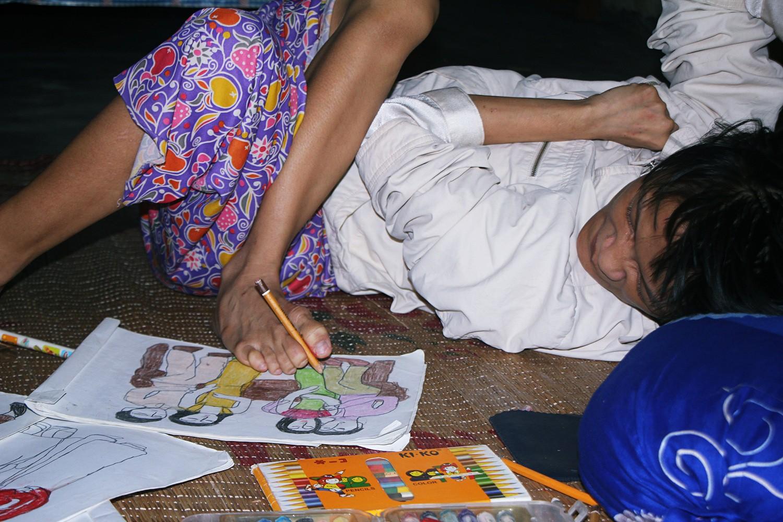 Cô gái khuyết tật ở Huế vẽ tranh bằng chân và lời nói dối đẫm nước mắt của người mẹ 3