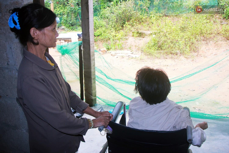 Cô gái khuyết tật ở Huế vẽ tranh bằng chân và lời nói dối đẫm nước mắt của người mẹ 13