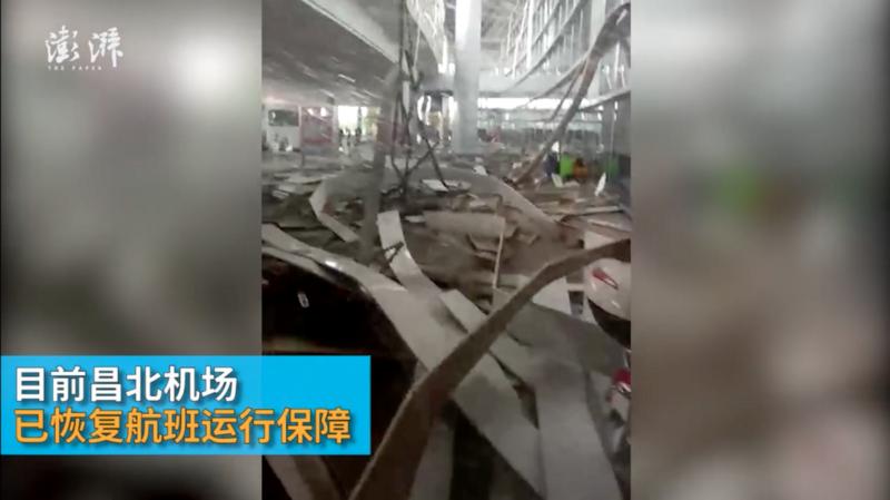 Trời chuyển mưa lớn và gió giật mạnh, hành khách kinh hãi khi thấy phần mái sân bay sập đổ ngay trước mắt 2