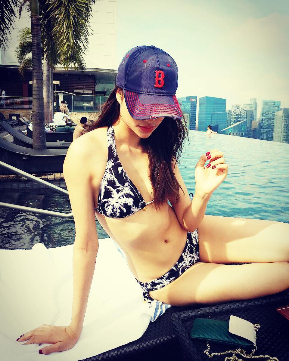 Đăng ảnh mặc bikini nóng bỏng, Phạm Hương bị soi chỉnh ảnh đến mức