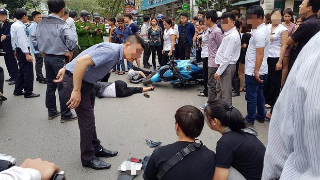 Xe phân khối lớn Kawasaki Z1000 va chạm khi đang lưu thông khiến 3 người bị thương 2