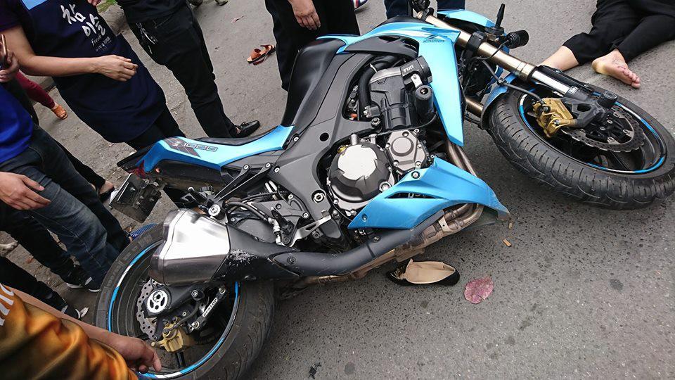 Xe phân khối lớn Kawasaki Z1000 va chạm khi đang lưu thông khiến 3 người bị thương 1