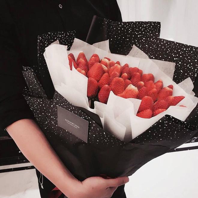 Quà độc ngày 8/3: Dâu tây, bắp cải thành bó hoa bạc triệu tặng bạn gái - Ảnh 1.