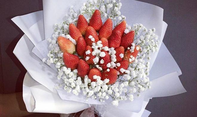 Quà độc ngày 8/3: Dâu tây, bắp cải thành bó hoa bạc triệu tặng bạn gái - Ảnh 2.
