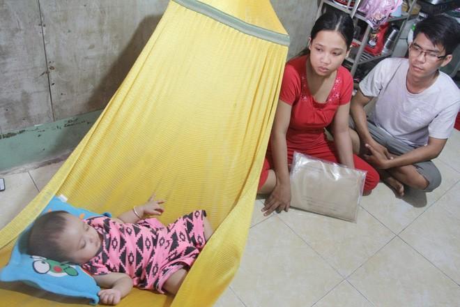 Xót cảnh người mẹ đi tìm ánh sáng cho đứa con trai mù 6 tháng tuổi, để em gái 12 tuổi nghỉ học vì nợ nần 11