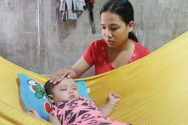 Xót cảnh người mẹ đi tìm ánh sáng cho đứa con trai mù 6 tháng tuổi, để em gái 12 tuổi nghỉ học vì nợ nần 3