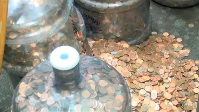 45 năm nhặt xu đánh rơi, góp từng đồng lẻ, cụ ông khiến cho ngân hàng ngỡ ngàng với