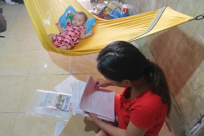 Xót cảnh người mẹ đi tìm ánh sáng cho đứa con trai mù 6 tháng tuổi, để em gái 12 tuổi nghỉ học vì nợ nần 4