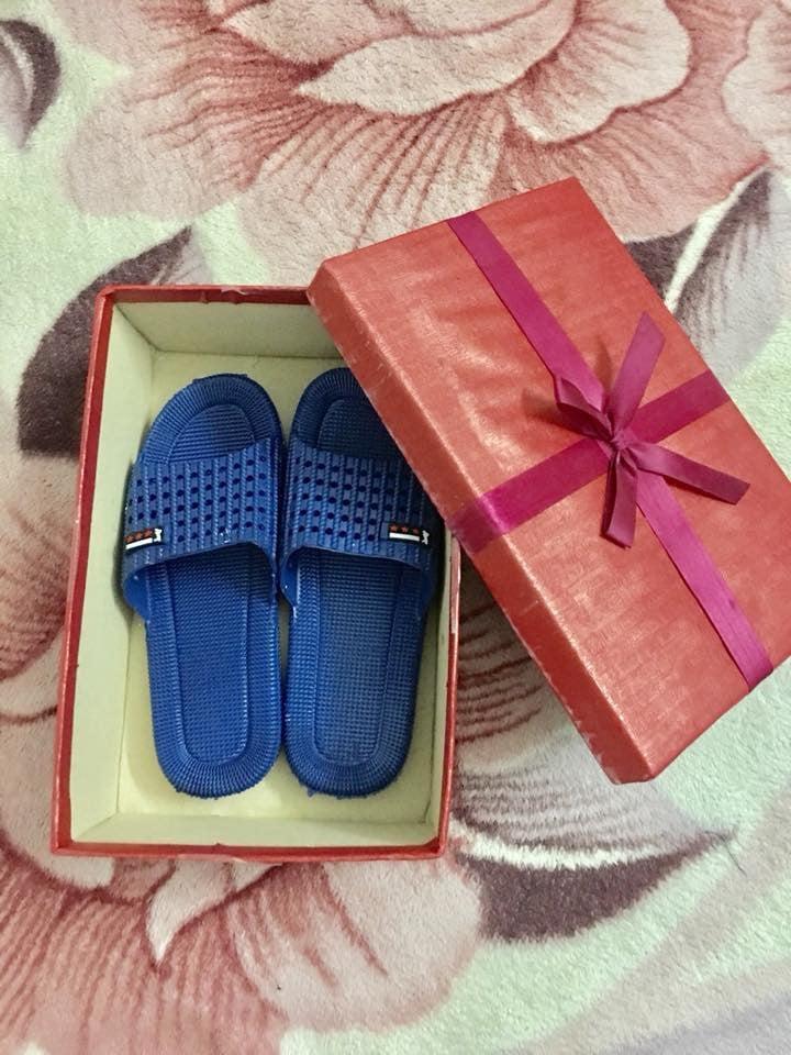 Cười ra nước mắt với món quà anh chồng trẻ tặng vợ ngày 8/3: Chỉ là đôi dép nhựa thôi nhưng mình thích là anh vui rồi - Ảnh 3.