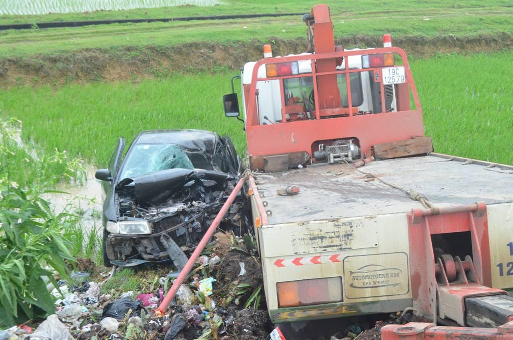 Nghệ An: Xe ô tô nát bét sau va chạm với xe cứu hộ, 7 người thương vong - Ảnh 1.
