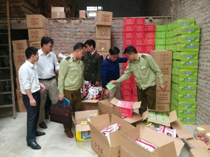 Lào Cai: Tưới xăng tiêu hủy gần 30.000 gói bánh kẹo không rõ nguồn gốc xuất xứ 1
