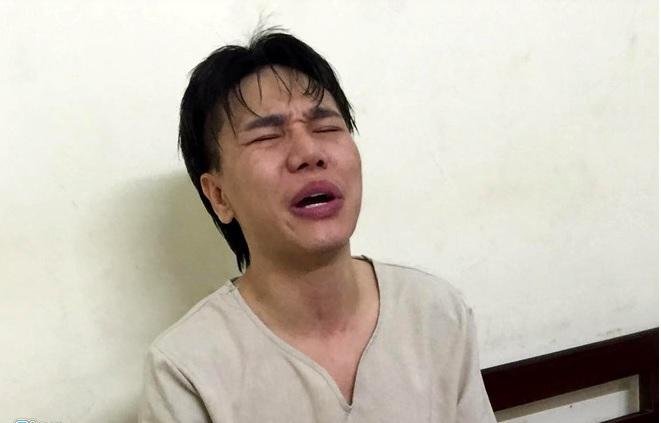 Châu Việt Cường ôm vợ khóc nức nở tại đồn công an 1