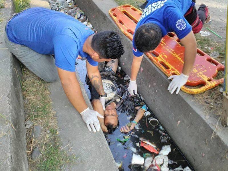 Thấy người đàn ông chết đuối dưới cống, người dân gọi cảnh sát tới vớt lên thì phát hiện sự thật bất ngờ 1