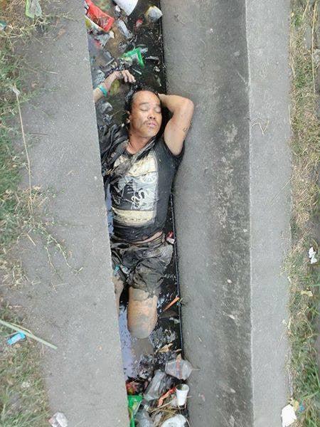 Thấy người đàn ông chết đuối dưới cống, người dân gọi cảnh sát tới vớt lên thì phát hiện sự thật bất ngờ 2
