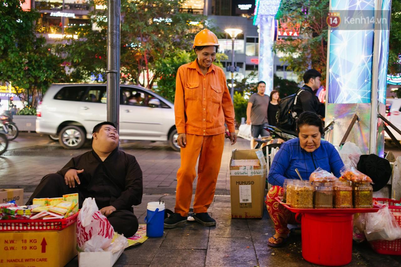 Chuyện má con thằng khờ bán hàng rong ở phố đi bộ Sài Gòn: 19 năm một mình đi tìm nụ cười cho con 11