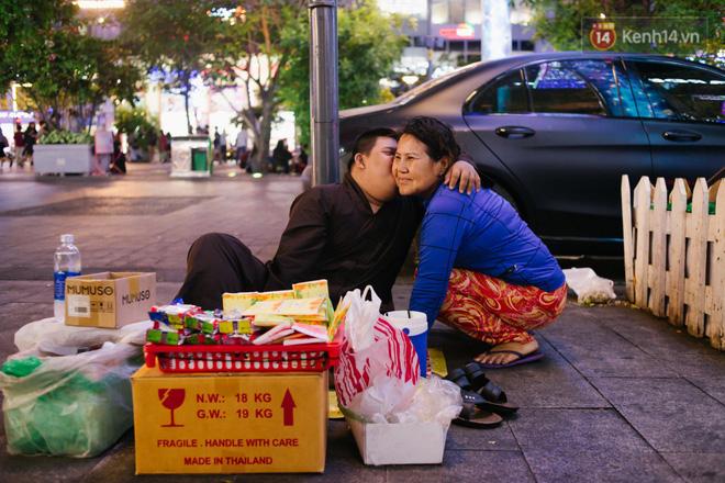 Chuyện má con thằng khờ bán hàng rong ở phố đi bộ Sài Gòn: 19 năm một mình đi tìm nụ cười cho con 16