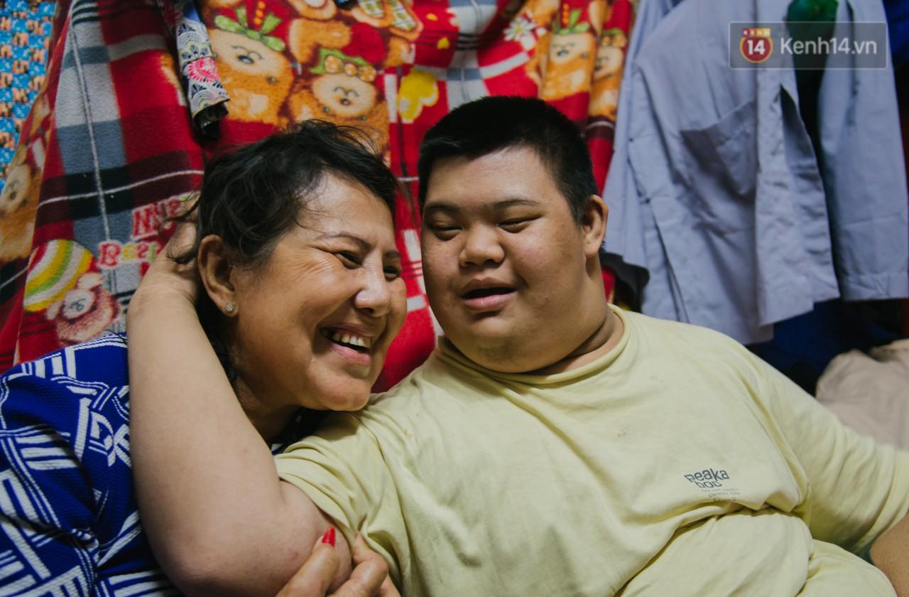 Chuyện má con thằng khờ bán hàng rong ở phố đi bộ Sài Gòn: 19 năm một mình đi tìm nụ cười cho con 1