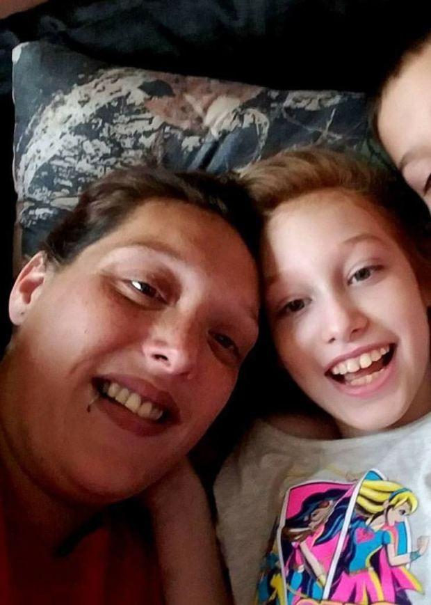 Con gái 10 tuổi đột ngột qua đời, mẹ không làm lễ tang mà để 2 đứa em chơi với xác chết của chị 4