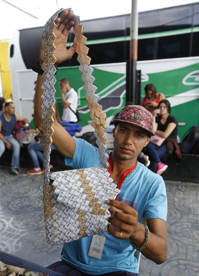 Người dân Venezuela dùng cả đống tiền làm giấy gấp thủ công 2