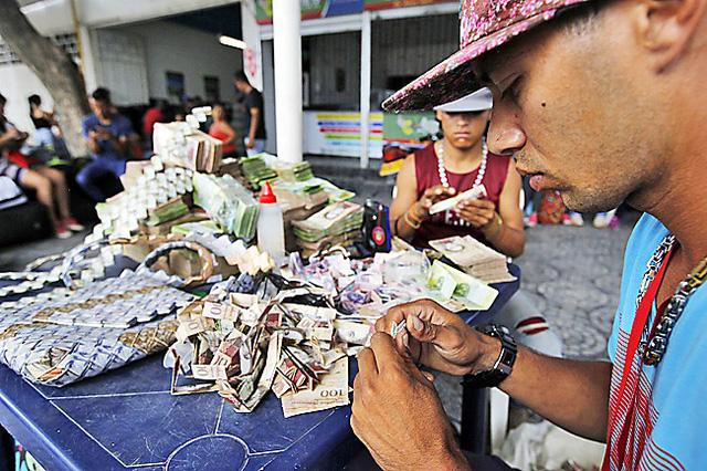 Người dân Venezuela dùng cả đống tiền làm giấy gấp thủ công 1