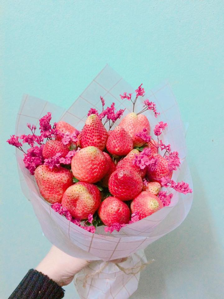 Đặt mua hoa dâu tây trên mạng, cô gái mếu máo khi nhận hàng: