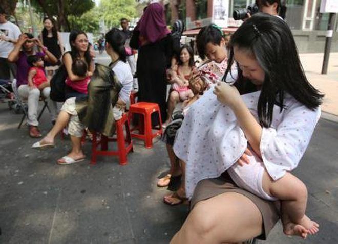 Hình ảnh bà mẹ kéo váy cho con bú ngay nơi công cộng, để lộ cả nội y gây nhiều tranh cãi 3