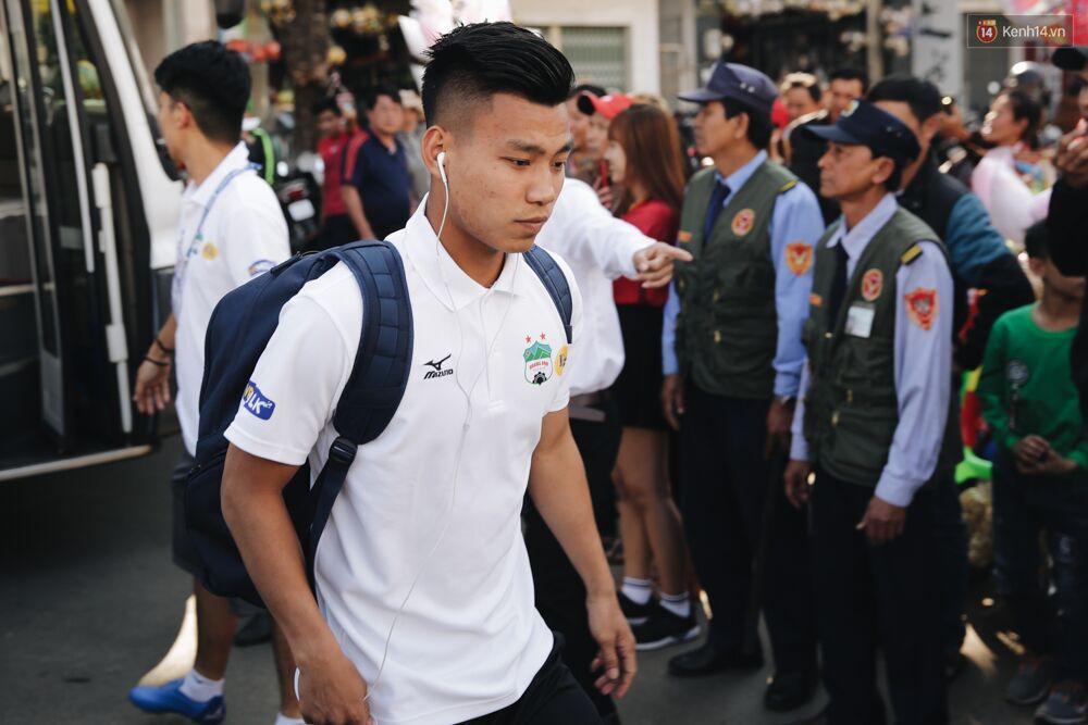 Hồng Duy Pinky và dàn sao U23 Việt Nam của HAGL tạo sức hút khó cưỡng trên sân Pleiku 4