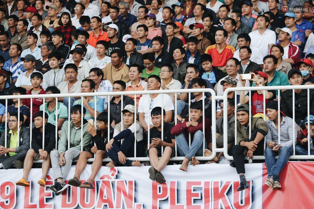 Hồng Duy Pinky và dàn sao U23 Việt Nam của HAGL tạo sức hút khó cưỡng trên sân Pleiku 12