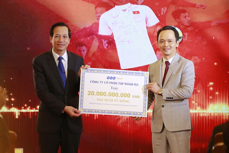 Hình ảnh Thủ tướng trao 20 tỷ đồng đấu giá bóng và áo của U23 Việt Nam từ FLC cho 20 huyện nghèo trên cả nước số 2
