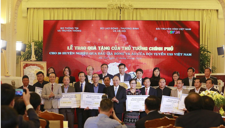 Hình ảnh Thủ tướng trao 20 tỷ đồng đấu giá bóng và áo của U23 Việt Nam từ FLC cho 20 huyện nghèo trên cả nước số 3