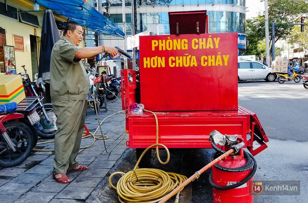Người bảo vệ nghèo vay tiền ngân hàng, tự chế xe chữa cháy mini chống giặc lửa trong hẻm nhỏ Sài Gòn - Ảnh 5.