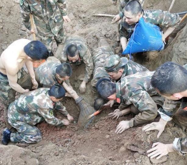 Hình ảnh 50 cảnh sát dùng tay đào đất cứu 2 công nhân bị chôn sống số 1