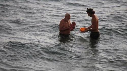 Hình ảnh Khoảnh khắc hiếm thấy, em bé chào đời dưới biển còn nguyên dây rốn số 1