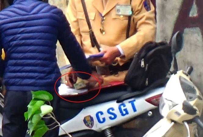 Lãnh đạo CSGT Hà Nội họp khẩn vụ clip cảnh sát nhận 'mãi lộ' 1