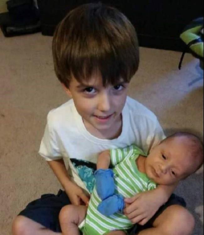 Con trai 6 tuổi qua đời, bố mẹ trở về nhà để lo hậu sự thì phát hiện mảnh giấy khiến họ đau nhói lòng 4