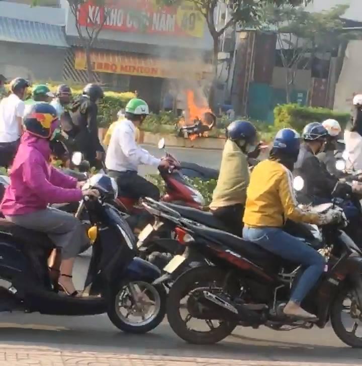 Pha thoát chết ngoạn mục của nam thanh niên khỏi xe máy bốc cháy dữ dội  1